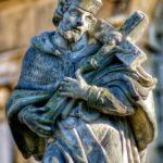 Nepomucký před bazilikou v Hejnicích ukazuje typicky byrokní esovité prohnutí