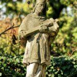 Svatojánskou sochu najdeme i ve Ferdinandově, nedaleko místního hřbitova