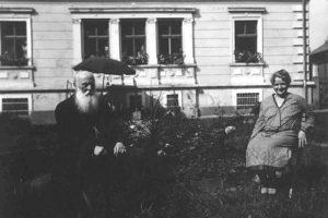 Otec Franz Holtscheck a dcera Lucie před jejich domem č. p. 349 v Hejnicích